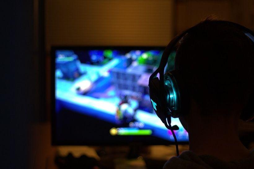 gamer igra fortnite