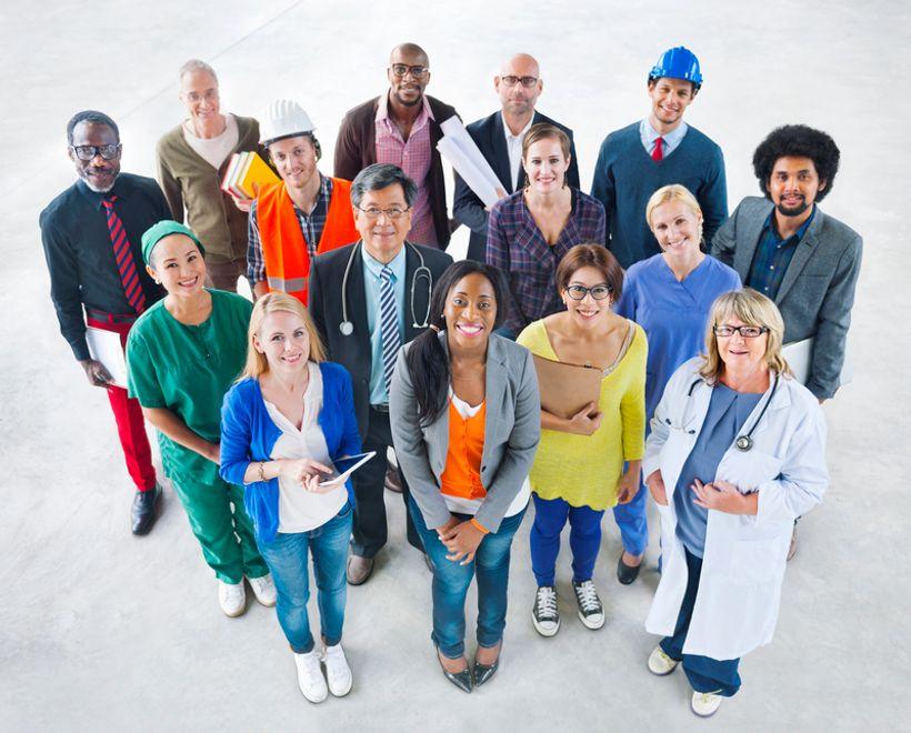 grupa ljudi u različitim poslovnim odorama