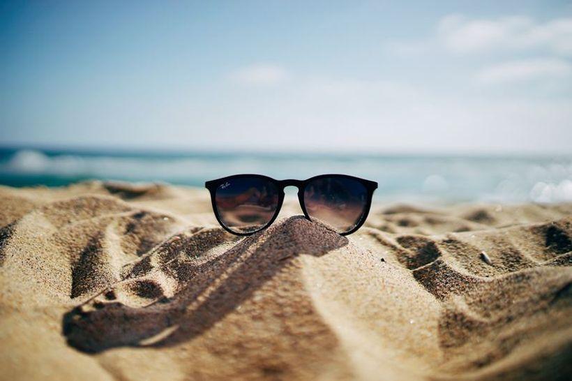 naočale na pijesku