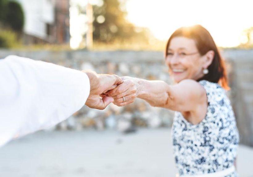 dvije osobe se drže za ruke