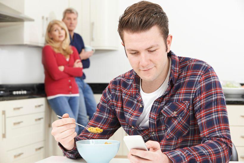 muškarac jede žitarice dok ga stariji par promatra