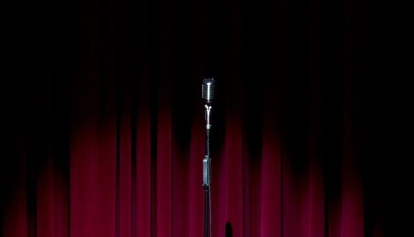 mikrofon ispred crvenog zastora