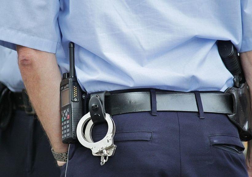 policijska uniforma, lisice i pištolj