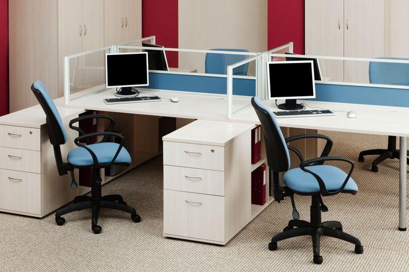 uredski prostor sa dva stola i dvije stolice