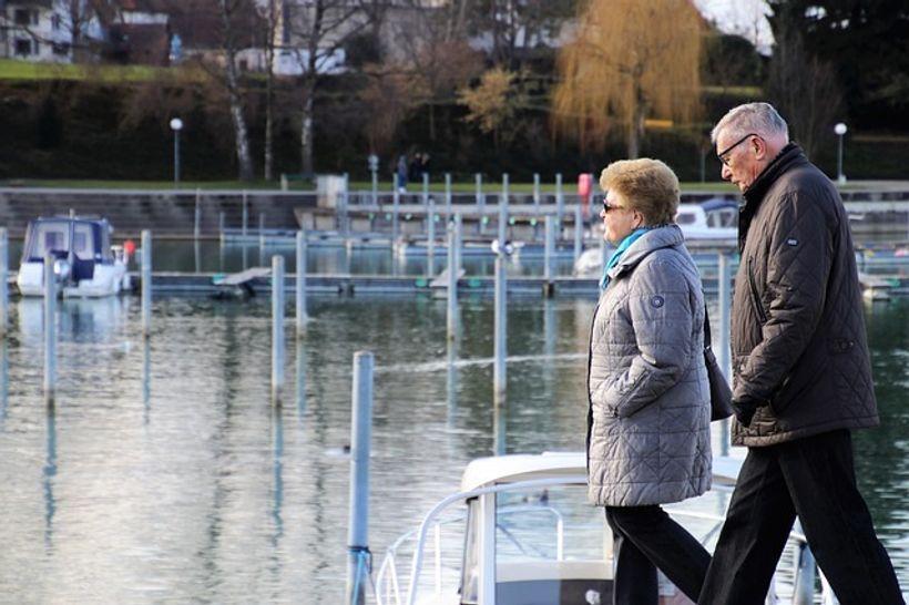 par umirovljenika hoda uz rijeku