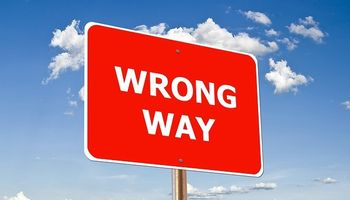 crveni prometni znak za krivi smjer