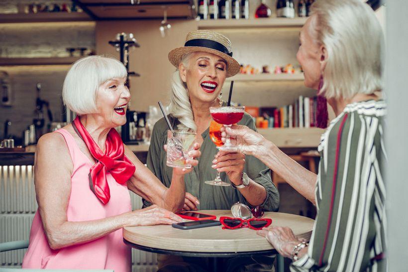 tri žene nazdravljaju