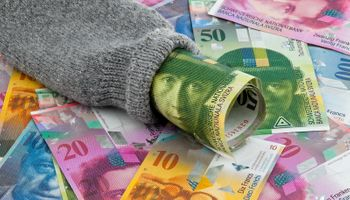 Švicarska svakom odraslom državljaninu daje 2.500 franaka mjesečno?