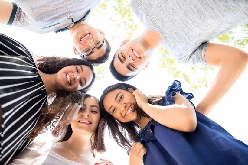 Pet mladih osoba snimano iz žablje perspektive