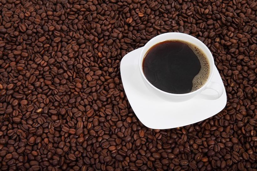 šalica kave na zrnima kave