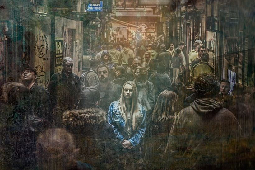 djevojka s plavom kosom izdvaja se u gomili