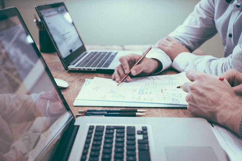 dvije osobe rade na laptopima