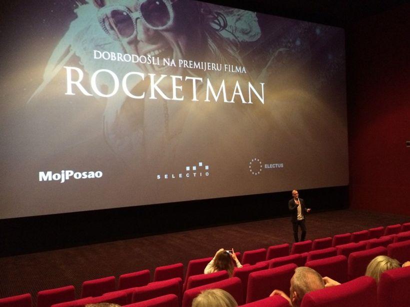veliko platno s najavom filma rocketman i voditelj ispred njega