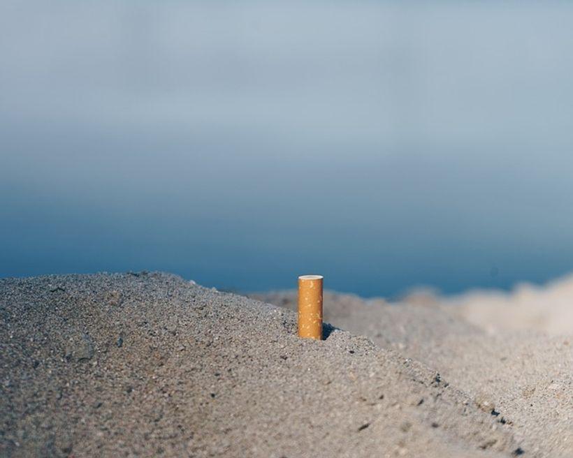 opušak zabijen u pijesak