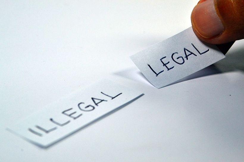 dva papirića s natpisima 'legal' i 'illegal'