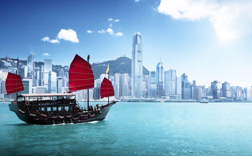 brodarica na moru ispred Hong Konga