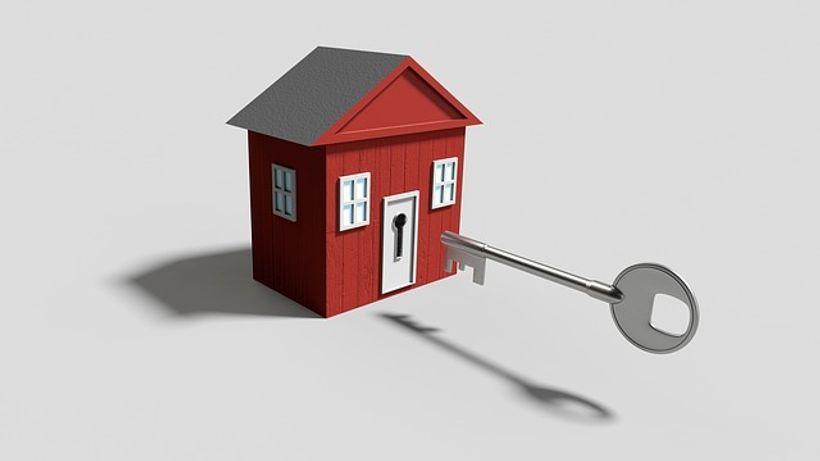 ključ ulazi u minijaturnu kuću