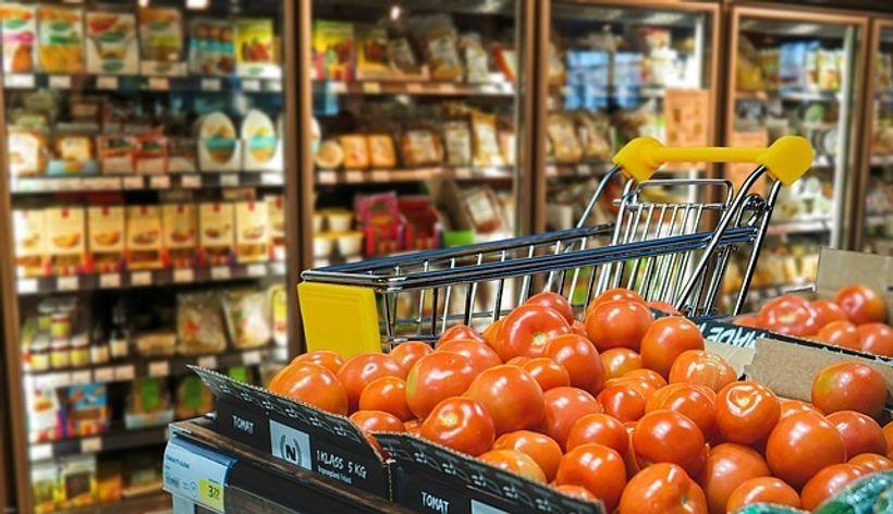 hrpa rajčica ispred kolica u supermarketu